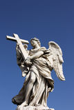 Escultura do anjo na ponte de San Angelo em Roma Imagens de Stock Royalty Free