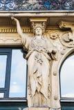 Escultura do atlas em uma construção velha em Paris Imagem de Stock