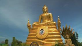 Escultura do buddha dourado curso a Ásia e a um lugar do turista Santuário religioso buddhism vídeos de arquivo