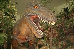 A escultura do dinossauro está na área do MUSEU de SIRINDHORN imagens de stock royalty free