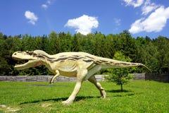 Escultura do dinossauro no Polônia oriental de Jurassic Park Krasnobrod imagem de stock royalty free