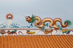 Escultura do dragão no telhado Imagens de Stock Royalty Free