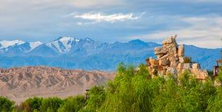 Escultura do dragão sob as montanhas de Qilian Imagem de Stock Royalty Free