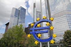 Escultura do Euro na cidade de Francoforte Foto de Stock Royalty Free