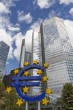 Escultura do Euro na cidade de Francoforte Imagem de Stock