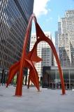 Escultura do flamingo em Chicago, torre de Willis no fundo Fotografia de Stock Royalty Free
