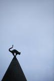 Escultura do gato no telhado Fotos de Stock Royalty Free