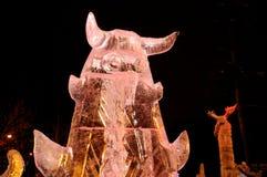 Escultura do gelo de um dragão Fotografia de Stock