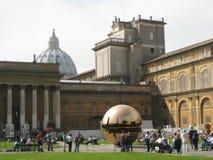 Escultura do globo na basílica de St Peter Fotografia de Stock Royalty Free