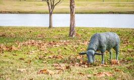 Escultura do gramado de um carneiro de pastagem Imagem de Stock Royalty Free