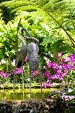 Escultura do guindaste no jardim da orquídea Imagens de Stock