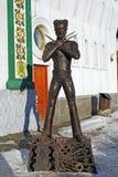 A escultura do herói fantástico do filme Rossomakh é feita dos custos de aço no território do centro de entretenimento fotografia de stock royalty free