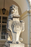Escultura do leão com a brasão em Lviv Fotografia de Stock