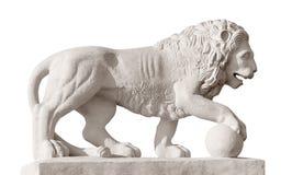 Escultura do leão com esfera Imagens de Stock
