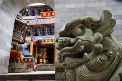 Escultura do leão no templo budista chinês tradicional na cidade de Kunming imagem de stock