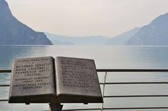 Escultura do livro em um lago fotos de stock royalty free