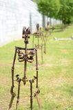 Escultura do metal das figuras humanas que marcham na linha imagem de stock