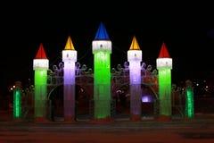 Escultura do Natal feita do gelo torres Multi-coloridas o castelo imagens de stock
