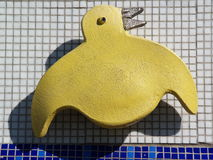 Escultura do pássaro amarelo de pedra Foto de Stock Royalty Free