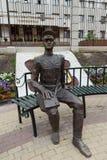 A escultura do polícia do ` The Guardian da composição da lei em todo o ` das épocas perto da construção da polícia do Nizhny nen imagem de stock