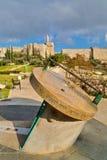 Escultura do relógio de sol por Maty Grunberg em Teddy Kollek Park em Jeru Imagens de Stock