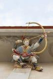 Escultura do relevo alto do tiro ao arco do mongoloide decorada com cerâmico, foto de stock royalty free