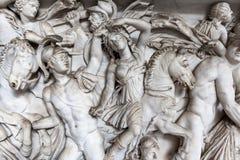 Escultura do relevo da cena de batalha no museu do Vaticano foto de stock