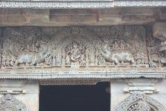 Escultura do shiva da dança de Nataraja e do animal mítico de Makara na parede do templo de Hoysaleswara imagem de stock
