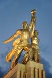 Escultura do trabalhador e do fazendeiro coletivo na luz do ouro Foto de Stock Royalty Free