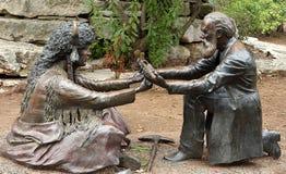 Escultura do Tratado do Meusebach-Comanche em Fredericksburg imagens de stock royalty free