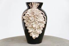 Escultura do vaso feito à mão na tabela Fotos de Stock