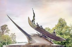 Escultura dos caçadores que caçam a baleia em Sandefjord fotos de stock