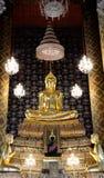 Escultura dourada do budha no templo tailandês Foto de Stock Royalty Free