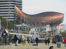 Escultura dourada dos peixes dos €™s de Frank Gehryâ Barcelona imagens de stock