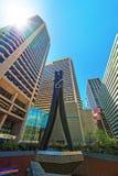 Escultura e arranha-céus do pregador de roupa no centro da cidade de Philadelphfia Imagens de Stock