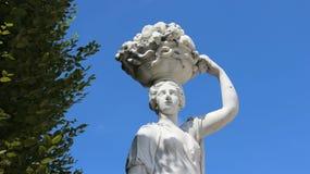 Escultura e cesta de Art Young Girl Carrying Fruits em sua cabeça imagem de stock royalty free