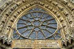Escultura e janela cor-de-rosa da catedral Notre-Dame Imagens de Stock Royalty Free
