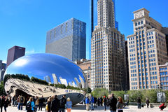 Escultura e turista Slivery famosos do feijão de Chicago Imagens de Stock Royalty Free