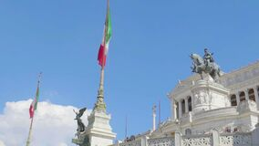 Escultura ecuestre famosa del rey romano y de banderas italianas en el altar de la patria almacen de metraje de vídeo