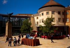 Escultura en el cuadrado del jubileo, centro de ciudad de Woking, Surrey Foto de archivo libre de regalías