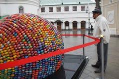 Escultura en Kiev, que consiste en 3000 huevos. Imagenes de archivo