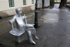 Escultura en la calle en el día lluvioso Fotos de archivo libres de regalías