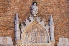 Escultura en la fachada de la basílica de Frari del dei de Santa Maria Gloriosa imagen de archivo