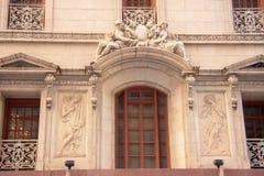 Escultura en la pared del edificio Imágenes de archivo libres de regalías