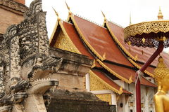 Escultura en Wat Chedi Luang, Chiang Mai imágenes de archivo libres de regalías