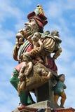 Escultura encima de la fuente de Kindlifresserbrunnen en Berna, Suiza foto de archivo