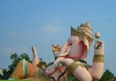 Escultura enorme de Ganesha sob o céu azul brilhante fotos de stock