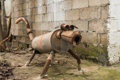 Escultura extraña del perro hecha de la chatarra Foto de archivo libre de regalías