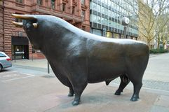 Escultura Francfort del toro del hierro Imagen de archivo