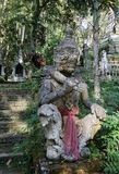 Escultura gigante de piedra que guarda el templo Imágenes de archivo libres de regalías